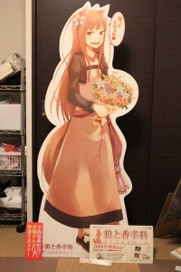 「お嫁さんホロの等身大ポスター」と同一のデザイン。公式通販サイト、電撃屋で数量限定販売されるも瞬殺される。