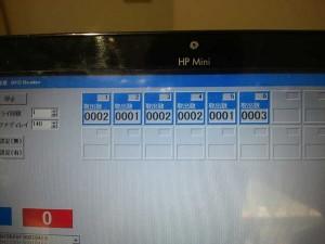 机上の本が取り除かれると、それをリアルタイムに検知して画面に表示する。どの本が何回貸し出されたかが分かるというもの。