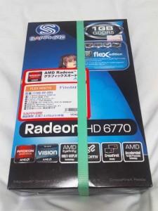 ツクモで買ったグラボ「SAPPHIRE FLEX HD6770 1G GDDR5」。これ1枚でQuad Displayができるとかなんとか。