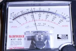 マルチテスターの表示。ちゃんと5V相応の電圧がでているのが確認できる。