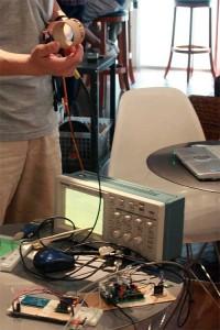 @mkogaxさんはオシロと搬送波を可視化できるコイルを持ってこられていました。