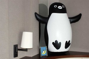 ベッドサイドのビニールペンギン。大きい。