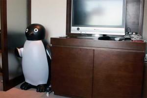 液晶テレビ横のペンギンは照明としても使えるようになってる。