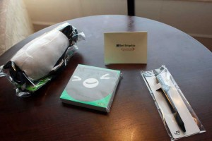 小さなぬいぐるみとメモとボールペン、そしてメッセージカード。