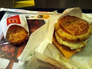 朝マックなう。甘いパンのが割と好き。ハッシュドポテトも好き。