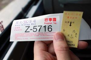 バスの乗車券と荷物票。