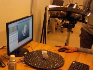 カメラ固定タイプの3Dスキャナでは、対象を動かすことで形を読み込みます。